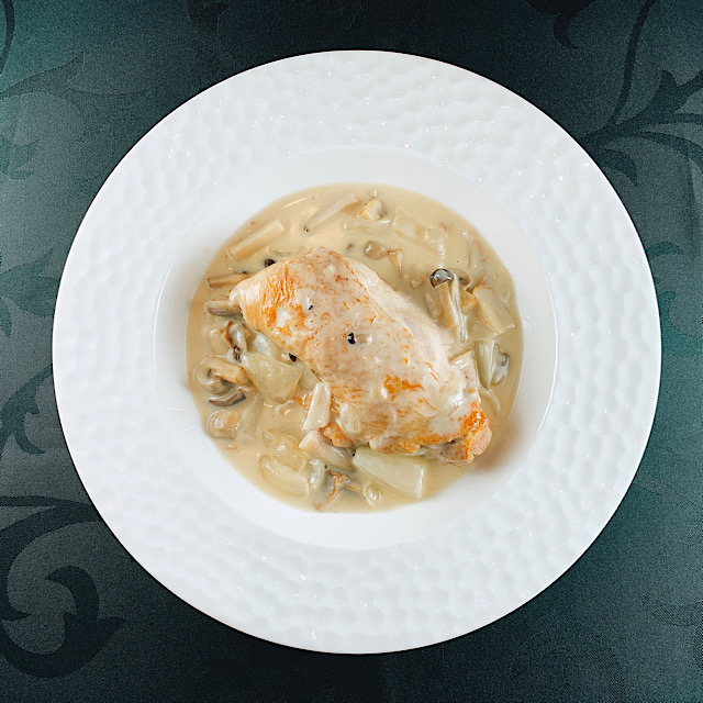 国産骨付き森林鶏と茸のクリーム煮