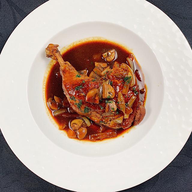国産骨付き森林鶏もも肉の赤ワイン煮